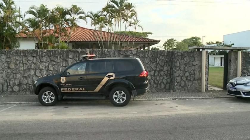 Polícia Federal cumprindo mandado de prisão na casa do prefeito de São Mateus — Foto: Reprodução/TV Gazeta