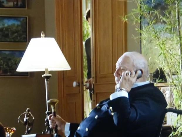 """Hélio ouve Dionísio questionar o que foi feito com a """"mesada"""" (Foto: Flor do Caribe/TV Globo)"""