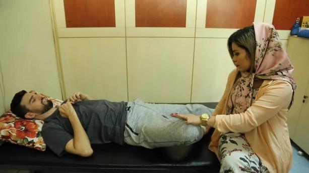 Leandro é auxiliado por Larissa em exercício — Foto: Reprodução/TV Globo