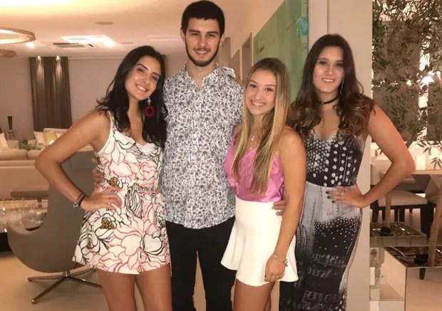 Vinicius, Laura e Beatriz com amigos (Foto: Reprodução/Instagram)