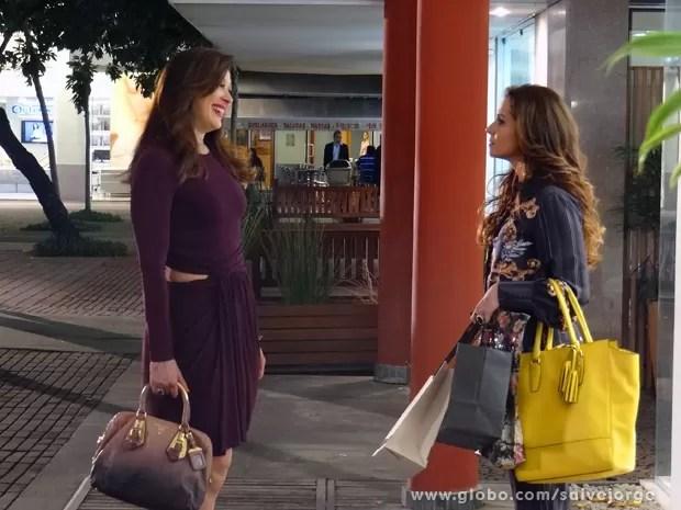 Desagradável! Lívia e Helô se encontram em shopping (Foto: Salve Jorge/TV Globo)