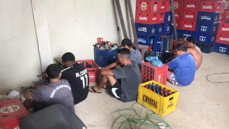 Suspeitos foram presos em fábrica clandestina de bebidas em Guaratiba — Foto: Reprodução