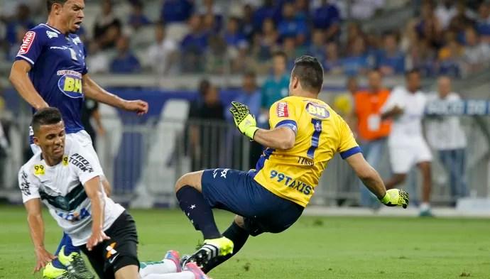Fábio e Ceará disputam bola contra Guilherme, do Coritiba (Foto: Washington Alves/Light Press)