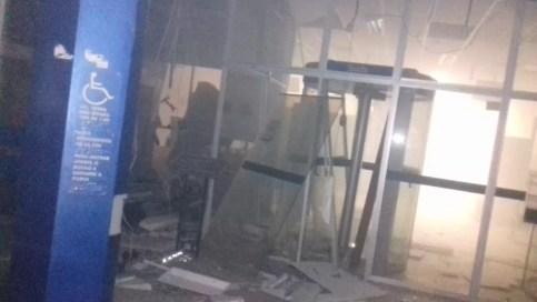 Criminosos explodiram caixas eletrônicos e levaram uma quantia em dinheiro não informada (Foto: Divulgação/WhatsApp)