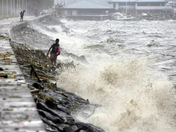 Residentes procuram por materiais recicláveis entre as ondas causadas pelo tufão Koppu em Manila. (Foto: REUTERS/Erik De Castro)