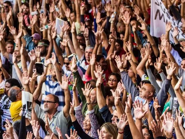 Professores da rede estadual de ensino de São Paulo votam a favor da manutenção da greve durante assembleia no vão livre do MASP, na Avenida Paulista, em São Paulo. Em greve desde 13 de março, eles reivindicam 75,33% de aumento salarial (Foto: Dario Oliveira/Código 19/Estadão Conteúdo)