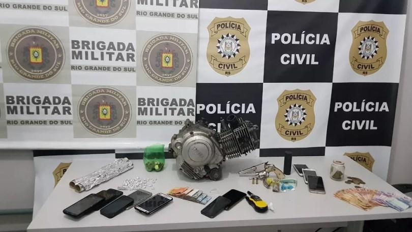 Polícia apreendeu drogas, arma, dinheiro, objetos sem procedência e um motor de moto roubado — Foto: Divulgação/Polícia Civil
