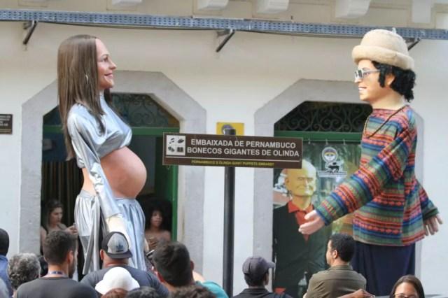 Boneco gigante de Ivete Sangalo grávida chama atenção no Bairro do Recife  (Foto: Marlon Costa/Pernambuco Press)