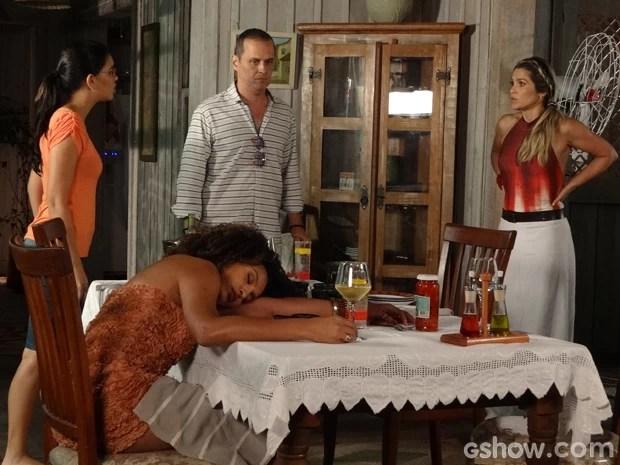 Keila apaga depois do almoço  (Foto: Além do Horizonte/ TV Globo)