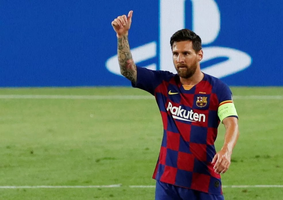 Messi pelo Barcelona contra oNapoli — Foto: Reuters