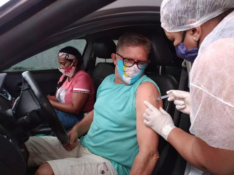 Após dormir em frente a ponto de vacinação, aposentado foi primeiro da fila a receber a vacina nesta segunda (12)  — Foto: Lidson Almeida/Rede Amazônica