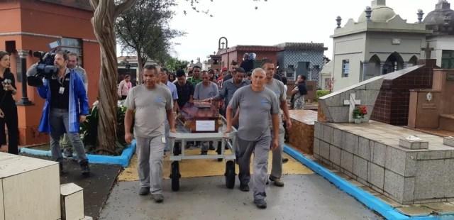 Corpo do aluno Caio Oliveira é enterrado em Suzano — Foto: Bárbara Muniz Vieira/G1