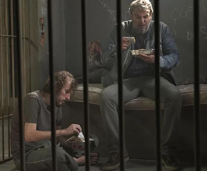 Juju prova a refeição da cadeia e se revolta (Foto: TV Globo)
