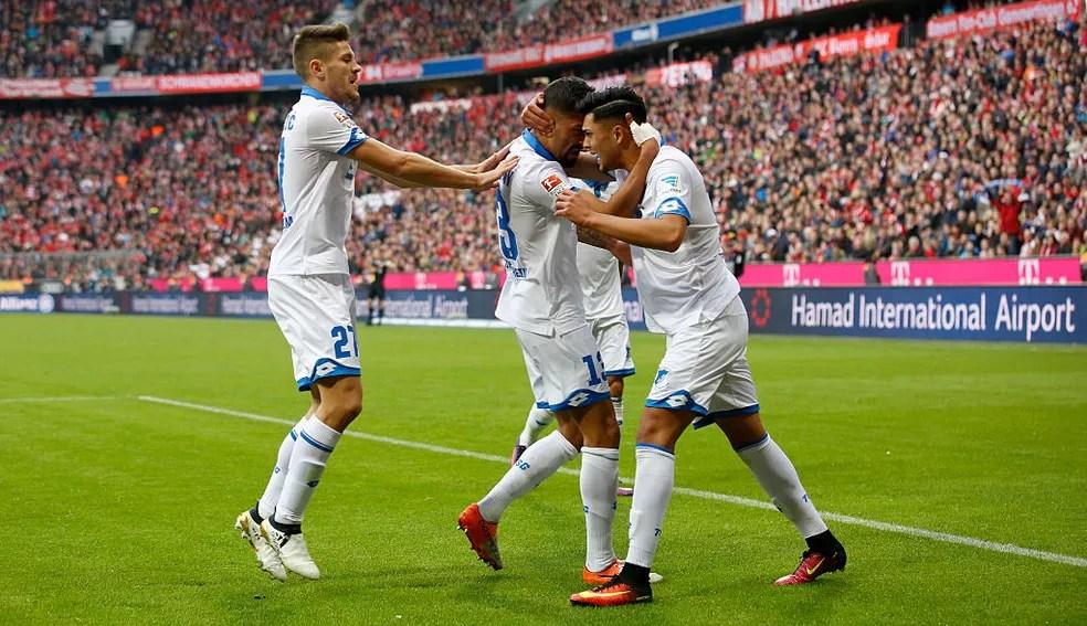 No primeiro turno, empate por 1 a 1 em Munique: jogadores comemoram o gol de Demirbay, um dos destaques do time (Foto: Getty Images)