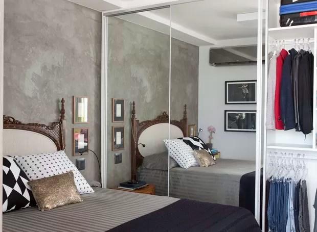 Repare em como as portas espelhadas dos armários dão ao cômodo a sensação de amplitude. Apartamento do arquiteta Helena Kallas (Foto: Foto Marco Antonio/Editora Globo)
