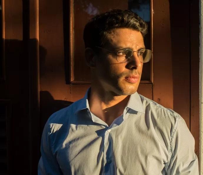 Cauã Reymond adota visual mais conservador para viver Maurício (Foto:  Estevam Avellar / TV Globo)