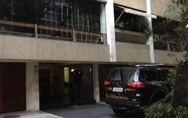Agentes fazem buscas em prédio em Ipanema (Foto: Paulo Mário Martins / TV Globo)