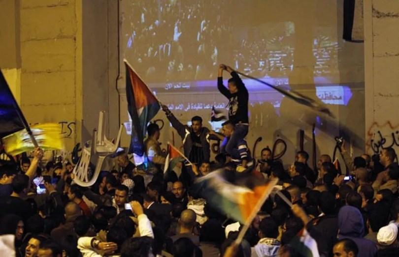 Em novembro de 2012, palestinos foram às ruas de Belém, na Cisjordânia, perto da barreira que os separava de Israel, para comemorar o novo status de estado observador da Palestinha junto à ONU (Foto: Associated Press)