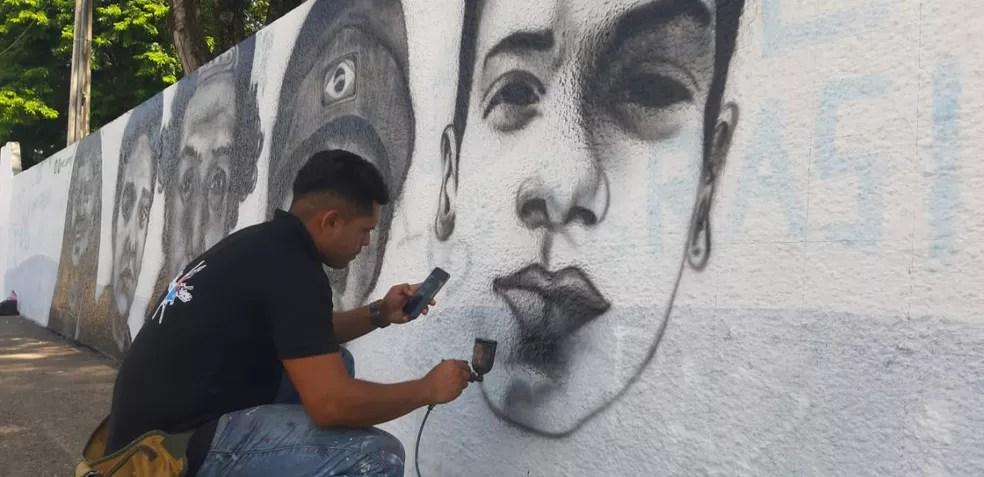 Muro da Escola Raul Brasil começou a receber rostos de vítimas na manhã desta segunda; escola em Suzano foi palco de massacre — Foto: Maiara Barbosa/G1