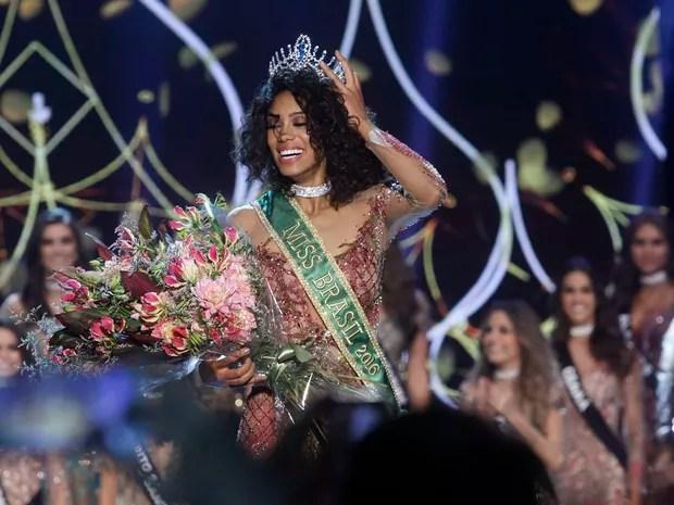 Raissa Santana, do Paraná, recebe a coroa de Miss Brasil 2016 em São Paulo (Foto: Celso Tavares/ EGO)