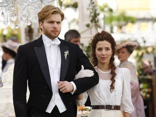 Atores posam como Edgar e Laura (Foto: Lado a Lado/TV Globo)