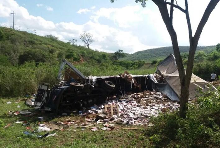 Motorista morre após caminhão tombar em ribanceira na BA. — Foto: Blog Marcos Frahm
