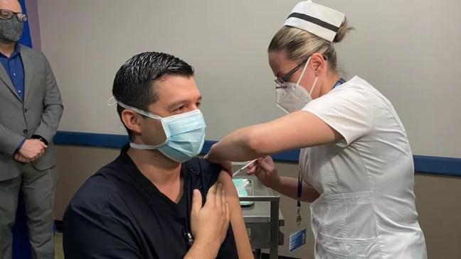 José Acuña, médico do Centro Especializado de Atendimento a Pacientes com COVID-19 (Ceaco), na Costa Rica, foi o primeiro profissional da saúde a receber a vacina contra a doença no país — Foto: Reprodução/Twitter/Carlos Alvarado, presidente de Costa Rica