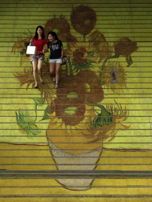 """Escada com reprodução do quadro """"Girassóis"""", de Van Gogh, em exposição tridimensional sobre o pintor em Hong Kong (Foto: Bobby Yip /Reuters)"""