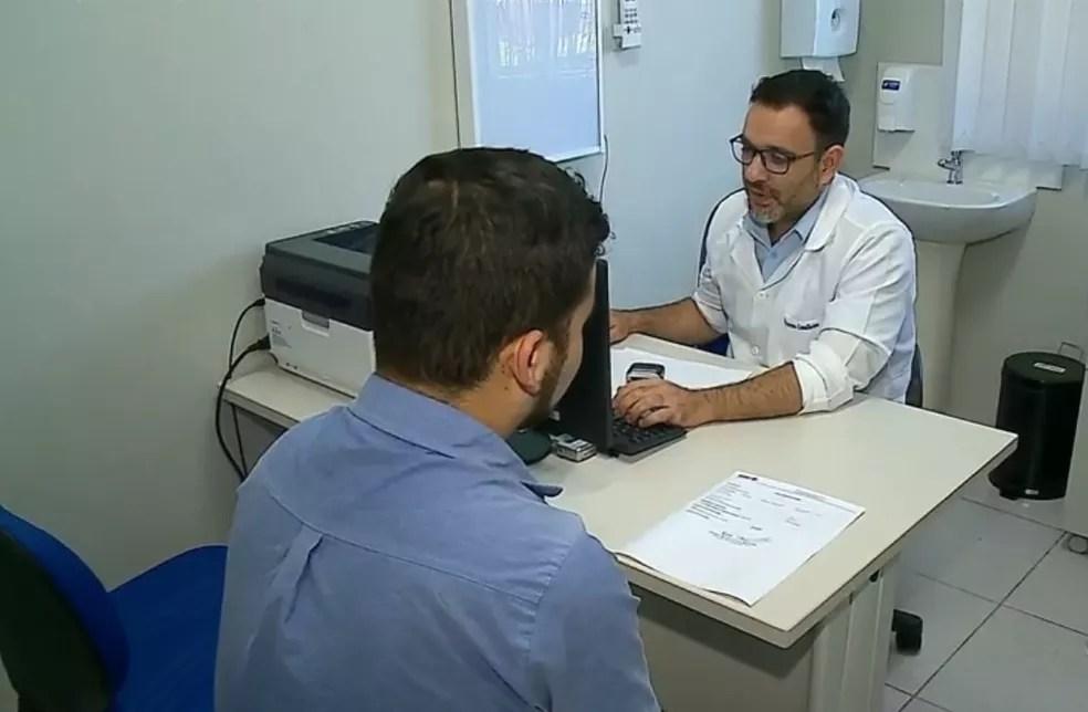 Médico do Paraguai ocupa uma das vagas deixadas por cubanos no Mais Médicos em Espumoso — Foto: Reprodução/RBS TV