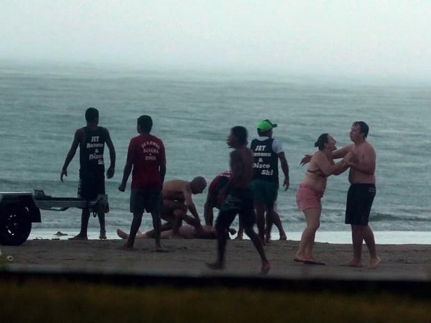 Mulher que estava acompanhando a vítima na praia se desespera com a cena (Foto: Rogério Soares  / Jornal A Tribuna)