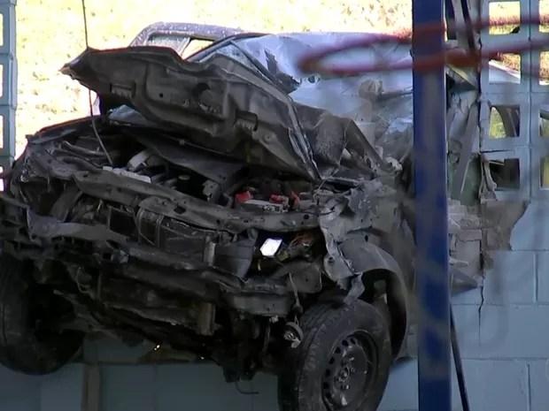 Parte da frente ficou destruída após o impacto no muro (Foto: Reprodução/TV TEM)