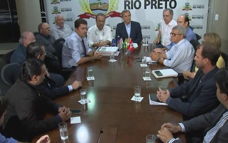 Reunião entre prefeitura e possíveis parceiros do Ielar (Foto: Reprodução/TV TEM)