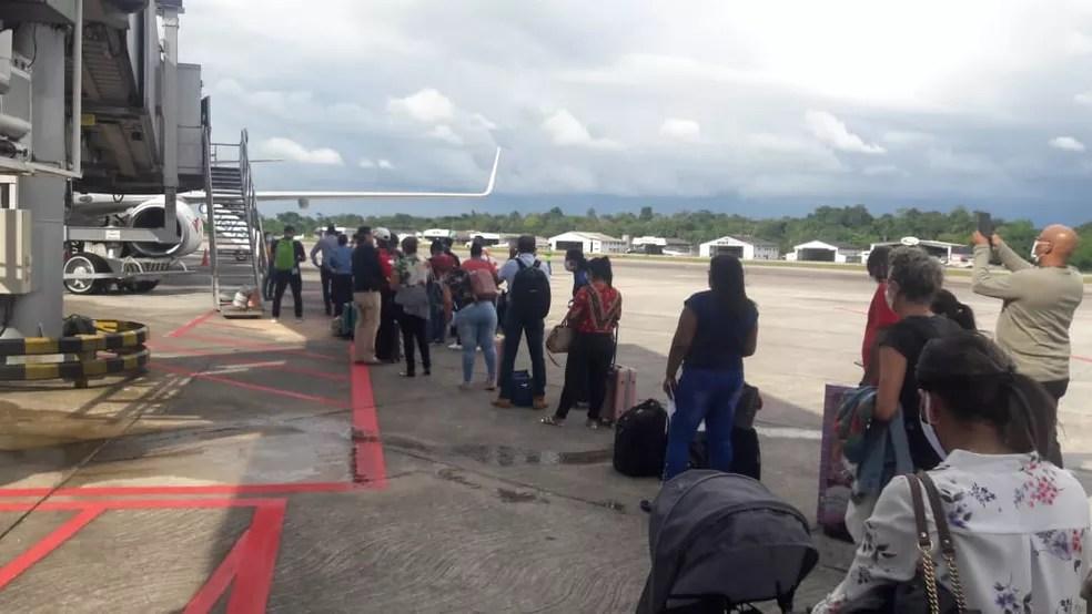 80 cidadãos surinameses embarcaram no Aeroporto Internacional de Belém com destino ao seu país de origem — Foto: PF/Ascom