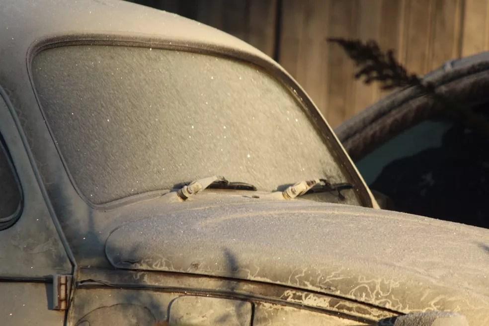 Vidros dos carros ficaram com fina camada de gelo em São Joaquim (Foto: Mariana Waltrick/OnJack)