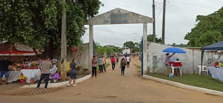 Movimento no Cemitério São Sebastião no Dia de Finados em Ariquemes.  — Foto: Reprodução/Rede Amazônica