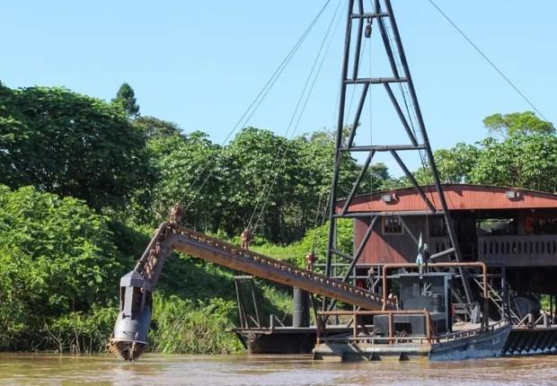 Barco de mineradores no rio Madeira, em Rondônia (Foto: Chris Arsenault/Reuters)