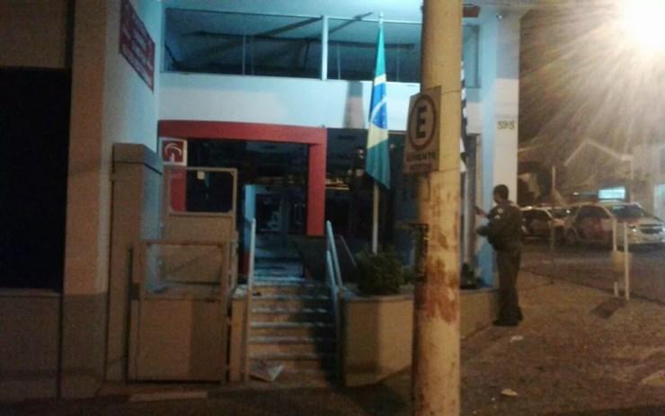 Polícia isolou a área onde fica a agência bancária (Foto: Arquivo Pessoal )