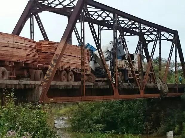 Carretas batem de frente em ponte e bloqueiam tráfego em estrada de RO (Foto: PRF/Divulgação)