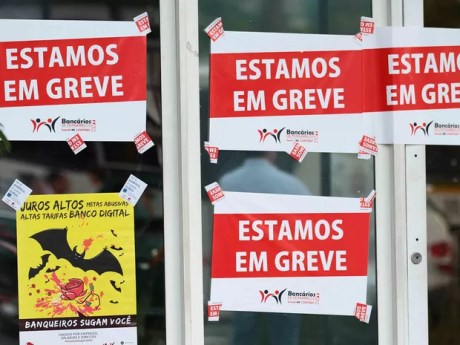 Categoria deflagrou greve por tempo indeterminado desde a última terça (6) (Foto: Marlon Costa/Pernambuco Press)