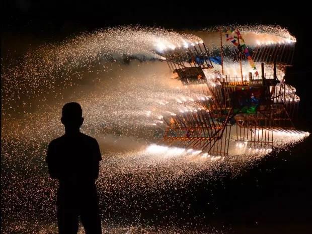 Exposição do fotógrafo Márcio Garcez revela folguedo sergipano Barco de Fogo. (Foto: Márcio Garcez / Divulgação)