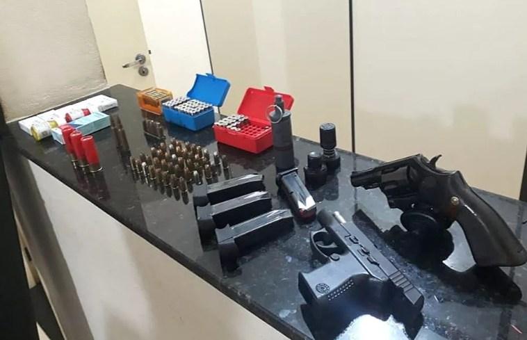 Arsenal apreendido dentro da casa do suspeito em São Carlos (Foto: Polícia Militar/Divulgação)