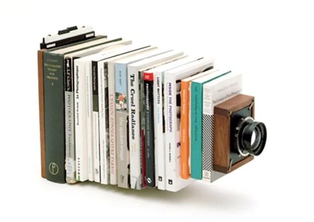 Artistas usaram livro para criar câmera fotográfica (Foto: Divulgação/tonk.ch)