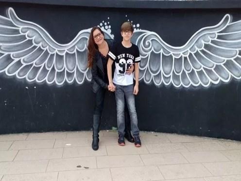 Gustavo posa com a mãe para foto; Menino morreu após desafio online (Foto: Reprodução / Facebook)