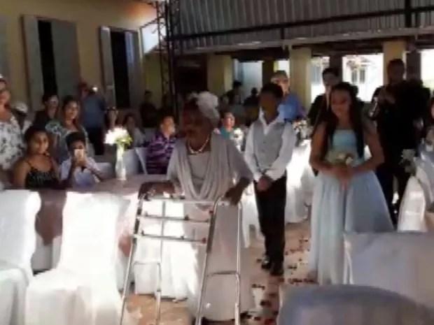 Dona Walda foi até o altar com andador em asilo de Pirassununga (Foto: Ana Marin/ G1)