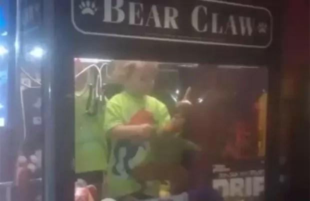 Menino de 3 anos que estava sumido foi encontrado dentro de uma máquina de pegar brinquedos em Lincoln (Foto: Reprodução/YouTube/News Daily)
