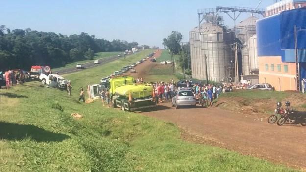 Cinco pessoas morreram após dois veículos baterem de frente na BR-277, em Céu Azul, no oeste do Paraná, segundo a PRF (Foto: Anna Flávia Nunes/RPC)