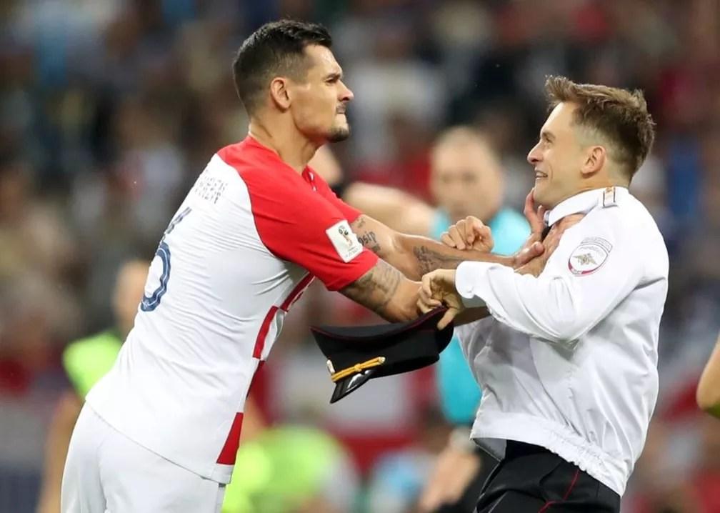 Zagueiro croata Lovren empurra pessoa que invadiu gramado durante final da Copa do Mundo  (Foto: REUTERS/Carl Recine)
