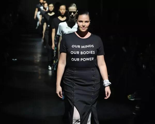 """Candice Huffine, na fila final de Prabal Gurung: """"Nossas mentes. Nossos corpos. Nosso poder"""" (Foto: Getty Images)"""