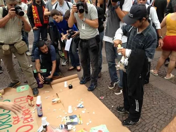 Cachaça e cigarros estavam entre os itens distribuídos (Foto: Márcio Pinho/G1)