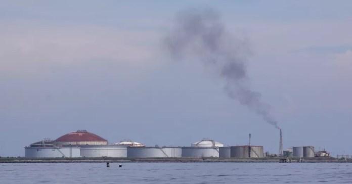 Tanques da companhia de petróleo venezuelana PDVSA, em Cabimas, Venezuela — Foto: Reuters/Jesus Contreras